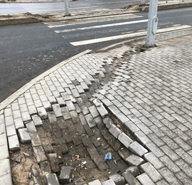 Как выровнять просевшую тротуарную плитку?