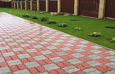 тротуарная плитка зиг—заг уложенная в шахматном порядке